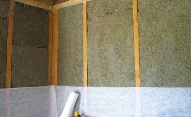 Далее - стена затягивается диффузной мембраной и зашивается гипсокартоном или фанерой