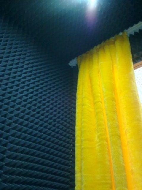 Помещение звуковой студии, полностью отделанное профильным поролоном