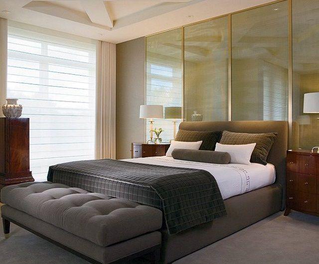 В ногах кровати целесообразно разместить прямоугольную тумбу или пуфик