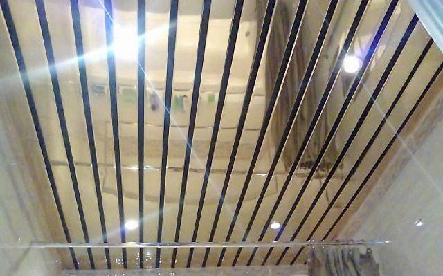 Реечный потолок смотрится очень оригинально