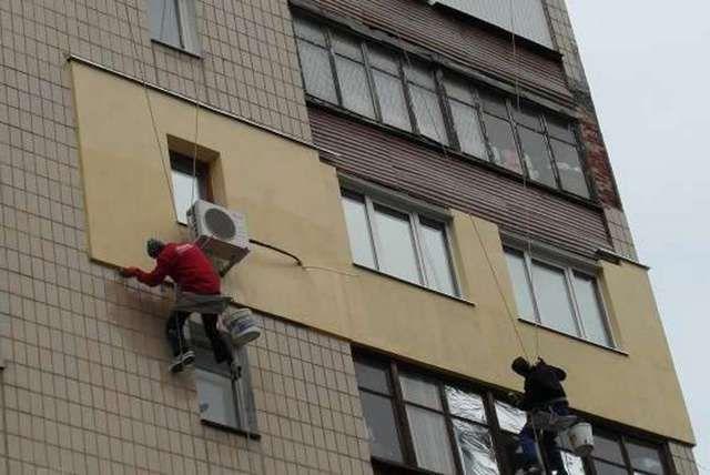 Внешнее утепление стены в многоэтажке потребует специальной техники или специалистов в сфере промышленного альпинизма
