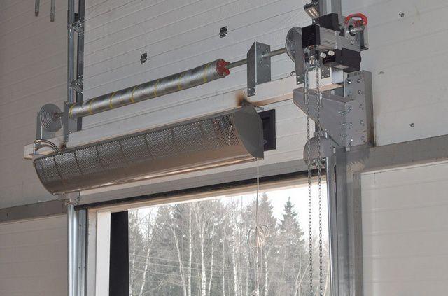 Мощная завеса, установленная над входом в мастерскую