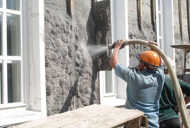 Нанесение слоя эковаты на фасад