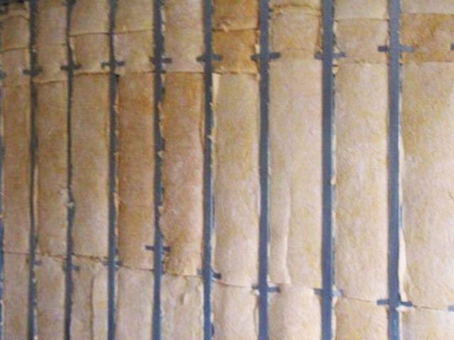 Стена полностью закрыта минеральной ватой