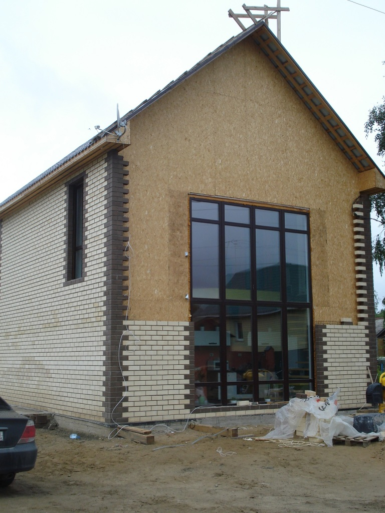 Внешний вид дома обшитого наполовину облицовочным кирпичом