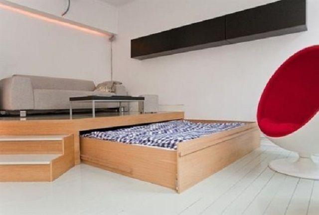 """Кровать на дневное время задвигается в подиум, который,  в свою очередь, служит своеобразной """"изюминкой"""" интерьера гостиной"""