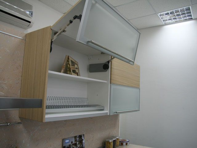 Экономящая пространство дверца подвесного кухонного шкафчика