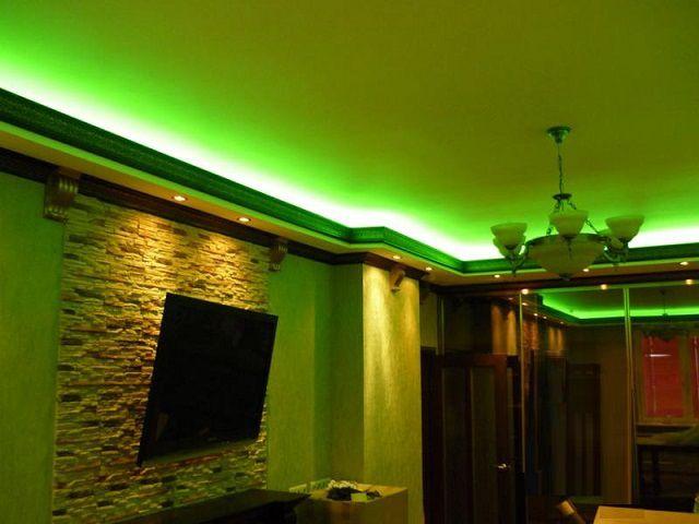 Периметр потолка комнаты, подсвеченный зеленый оттенком