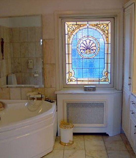 Фальшь-окно в ванной комнате