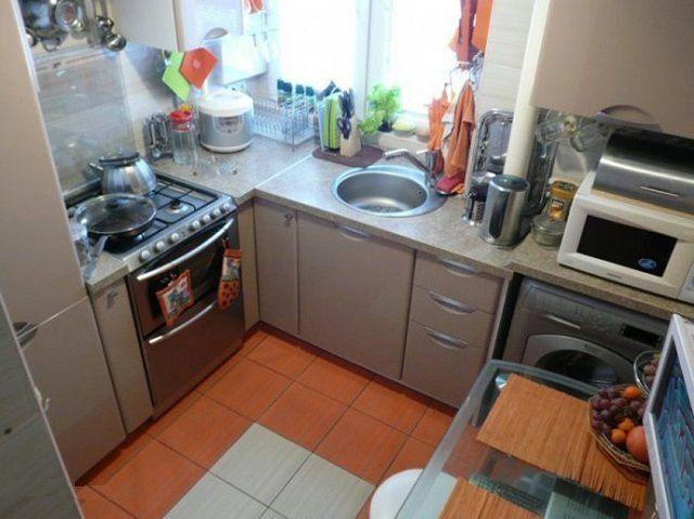 На тесном пространстве хватило места даже для стиральной машинки