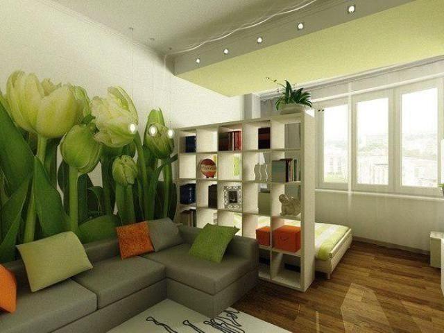 Сквозной шкаф-стеллаж и хорошо пропускает дневной свет, и вполне справляется с ролью перегородки между спальной и гостиной