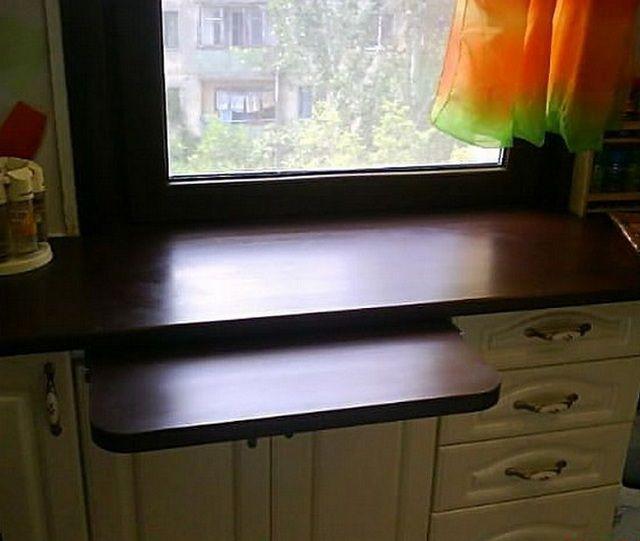 Маленький выдвижной столик у подоконника