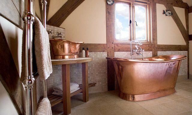 Когда-то давно медь была обычным материалов для сантехнических изделий. Сегодня медная ванна -  предмет роскоши