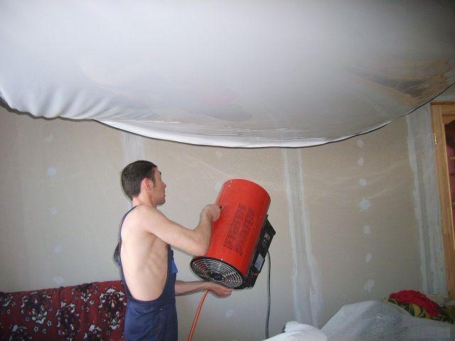 Прогрев полотна для получения идеально ровной поверхности потолка