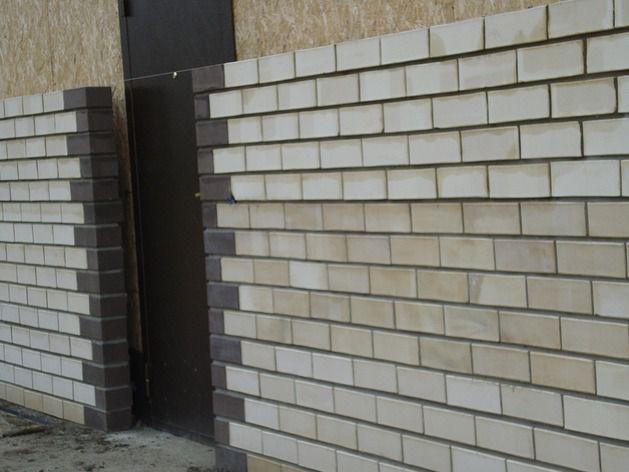 Образец обшивки кирпичом дверей дома из СИП панелей