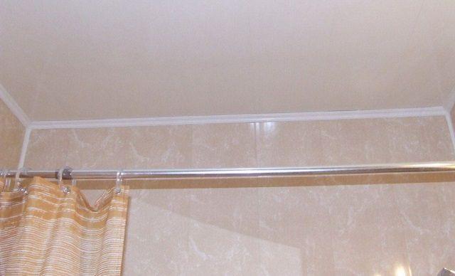 Самый простой вариант - потолок окрашивается водостойкой краской