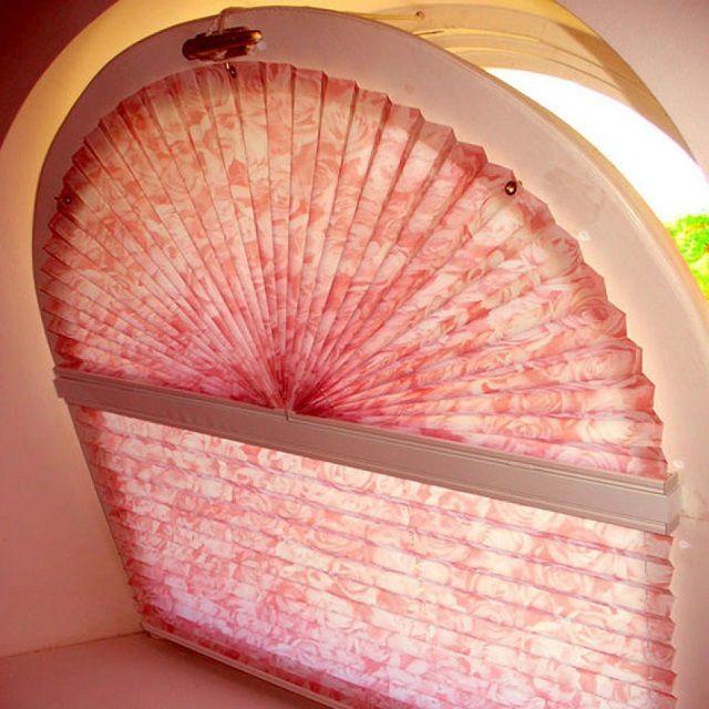 Жалюзи-плиссе позволяют декорировать сложные по форме окна