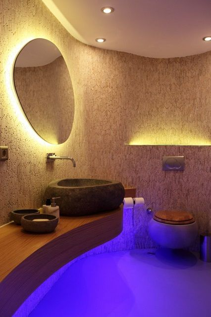 Очень оригинально смотрится подсветка отдельных интерьерных элементов ванной