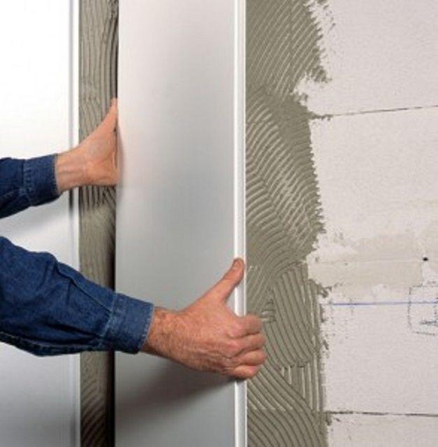 Если стены в ванной не имеют значительных искривлений, то панели ПВХ можно фиксировать и на клей
