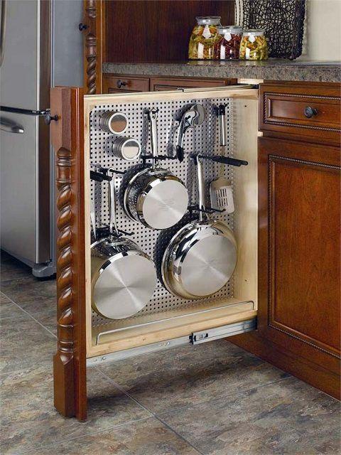 Выдвижной вертикальный компактный шкаф, в котором удобно разместились все сковородки