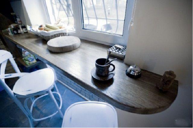 После небольшой реконструкции, столом может послужить и расширенный подоконник