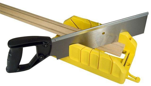 Ровные стыки наличников по углам обеспечиваются применением для их раскроя специального приспособления - стусла