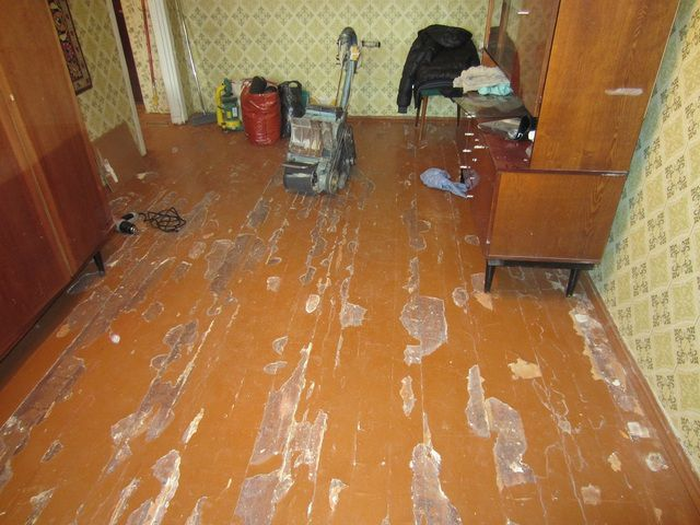 Неровную поверхность деревянного пола следует или отциклевать ...