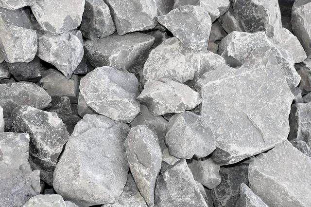 Эта невзрачная на вид серая горная порода является сырьем для производства базальтового утеплителя