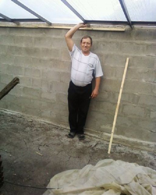 Глубина должна быть такой, чтобы даже в точках самого нижнего расположения скатов крыши огородник не был бы стеснен в движениях