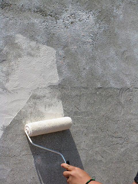Обязательная операция - тщательное грунтование всей поверхности стены