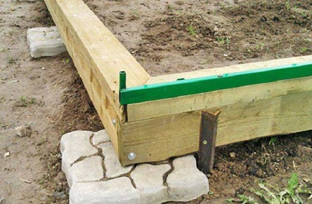Деревянный фундамент можно несколько приподнять над уровнем грунта.