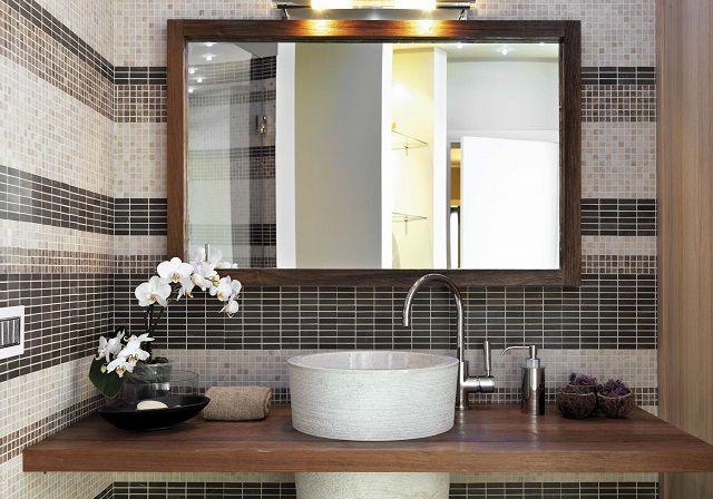 Правильно подобранное и грамотно установленное зеркало визуально увеличивает тесное помещение и улучшает его освещенность