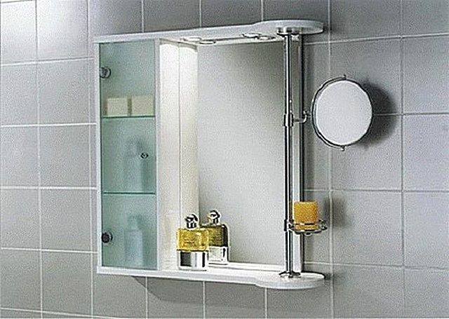 Зеркало, идущее в комплекте со шкафчиком для умывальных принадлежностей. Плюс дополнительное зеркало с увеличивающим эффектом - для макияжа или бритья.