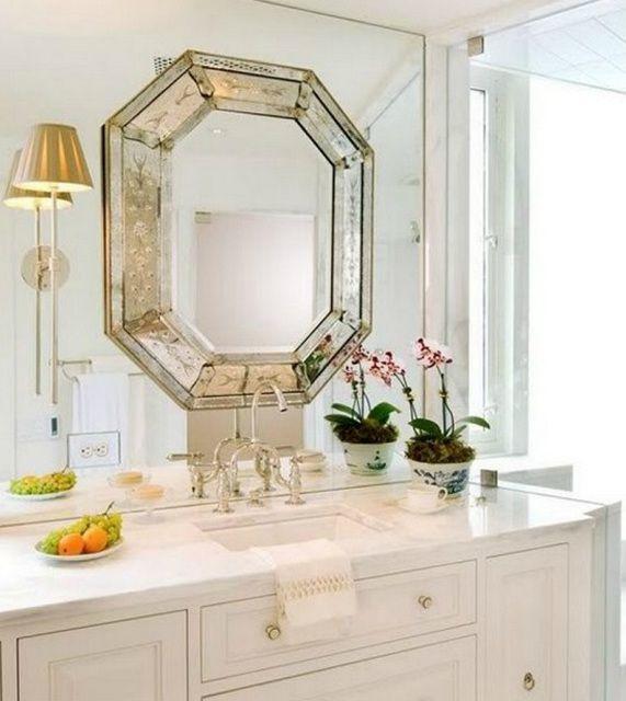 """Очень оригинальное решение - многоугольное """"ограненное"""" зеркало на зеркальной же стене"""
