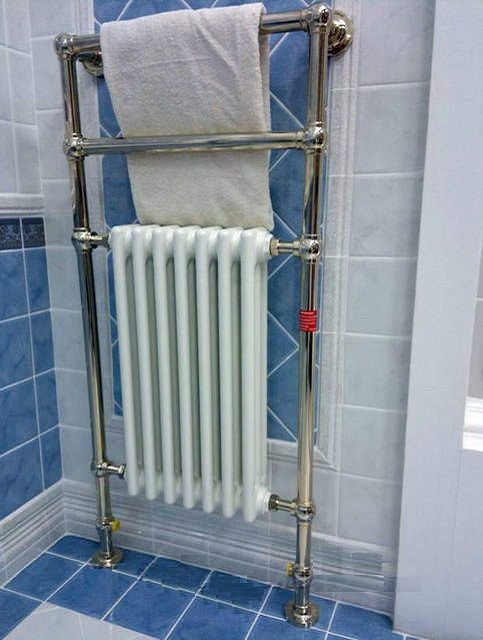 Оригинальная конструкция напольного размещения, объединяющая радиатор отопления и полотенцесушитель