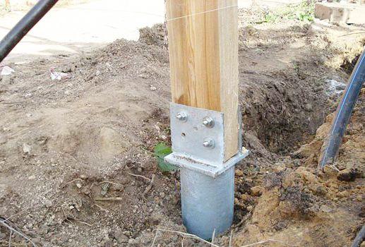 Пример крепления бруса к бетонным опорам
