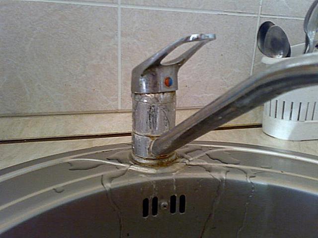 Твердые взвеси в воде быстро изнашивают сантехнику и бытовые приборы