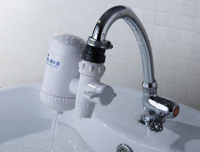 Нависание фильтра-насадки над мойкой несколько загромождает рабочее пространство, например, при мытье посуды