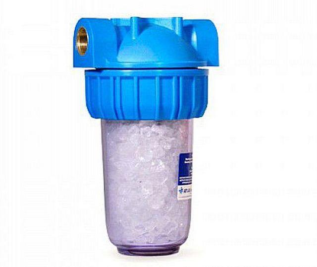 Такие химические фильтры-умягчители ставят на входе в стиральные или посудомоечные машины