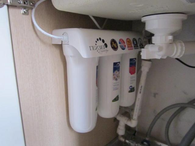 Компактная консольная система очистки воды с установкой под кухонной мойкой