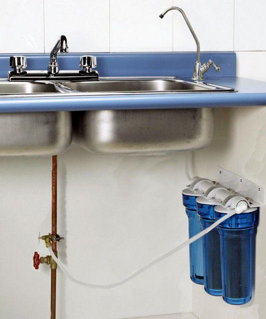 Самое рациональное решение - спрятать фильтрующую систему под кухонную мойку