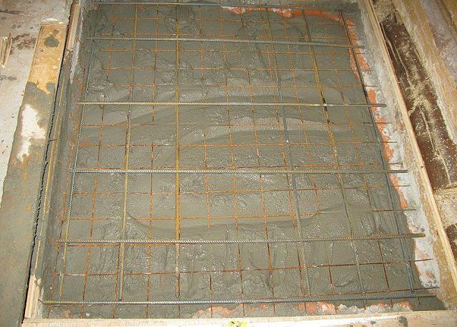 Верхний армирующий пояс можно просто притопить в свежезалитом бетонном растворе
