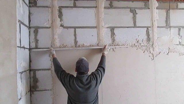 Весьма трудоемкий, но очень важный этап - выравнивание стен