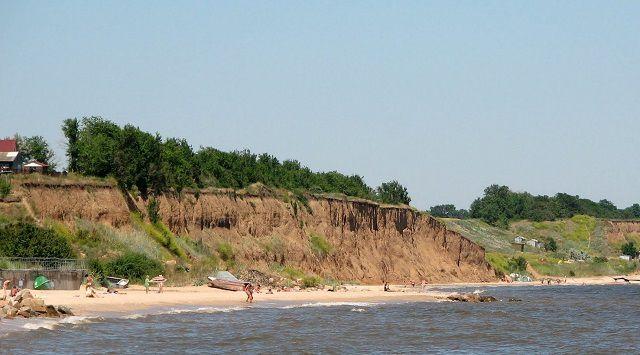 Глиняные слоистые отвалы на берегу водоема