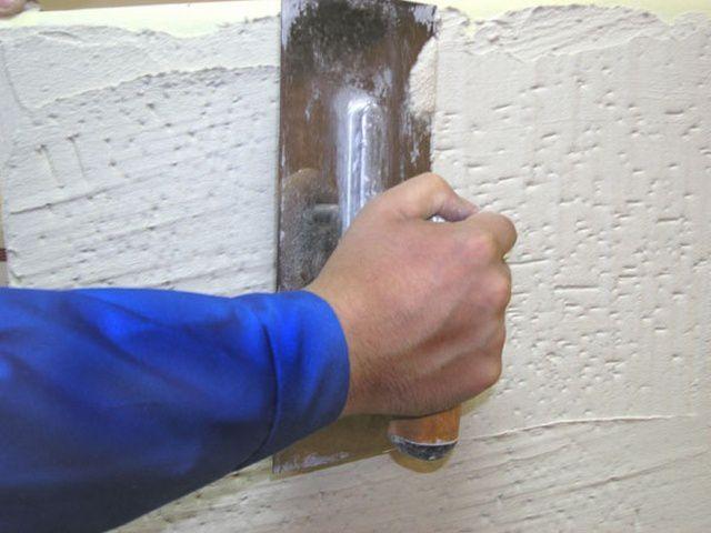 Работы завершаются нанесением декоративной штукатурки или фасадной краски