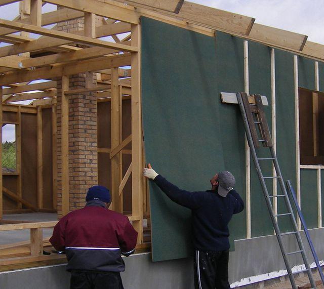 Облицовка фасадных стен дома панелями «Isoplaat Windprotection»
