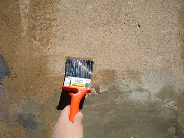 Для улучшения адгезии строительных смесей поверхность тщательно грунтуется