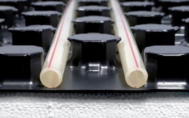 Профильные выступы - бобышки надежно фиксируют трубу в нужном положении