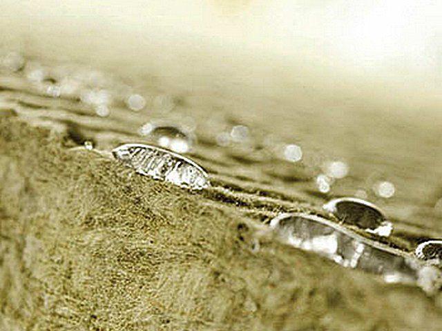 Важное достоинство материала - гидрофобность. Капли воды скатываются по нему
