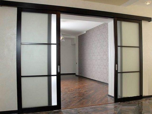 Двери с верхними и нижними направляющими рельсами